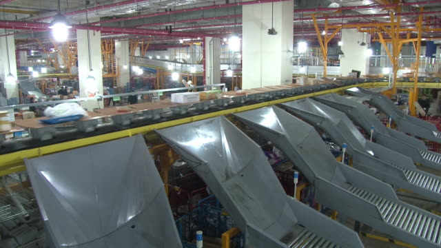 view of boxes on a conveyer belt at post office - postamt stock-videos und b-roll-filmmaterial