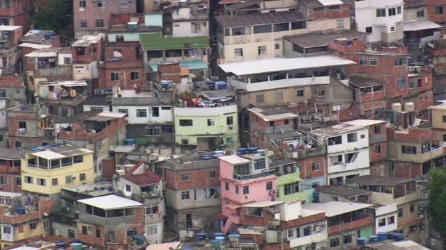 vídeos de stock e filmes b-roll de ws aerial view of brazilian favela in rio de janeiro / rio de janeiro, brazil - américa latina
