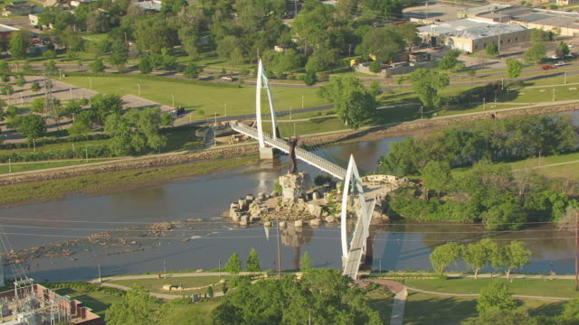 vídeos de stock e filmes b-roll de ws aerial view of bridge on arkansas rivers with plains statue at confluence / wichita, kansas, united states - kansas