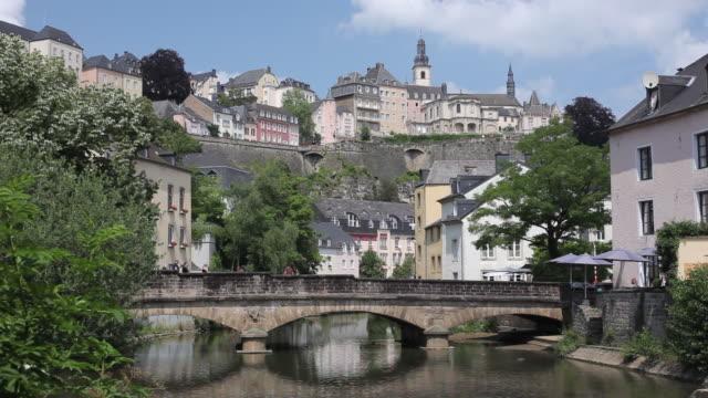 ws view of bridge over alzette river in grund district / luxemburg  - gruppo medio di animali video stock e b–roll