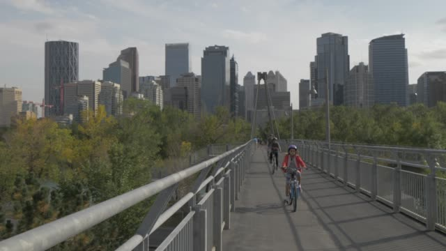vídeos de stock, filmes e b-roll de view of bridge over bow river, prince???s island park and downtown skyline from sunnyside, calgary, alberta, canada, north america - cultura canadense