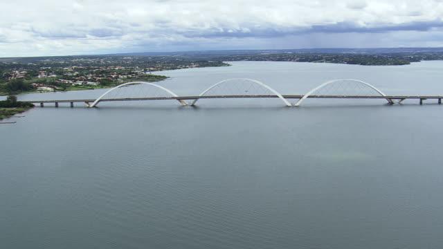 ws aerial view of bridge over river / brasilia, brazil - juscelino kubitschek bridge stock videos & royalty-free footage