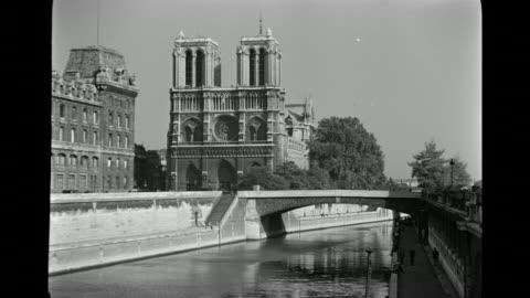 vidéos et rushes de ms view of bridge over river near notre dame cathedral  / paris, france - lieu touristique