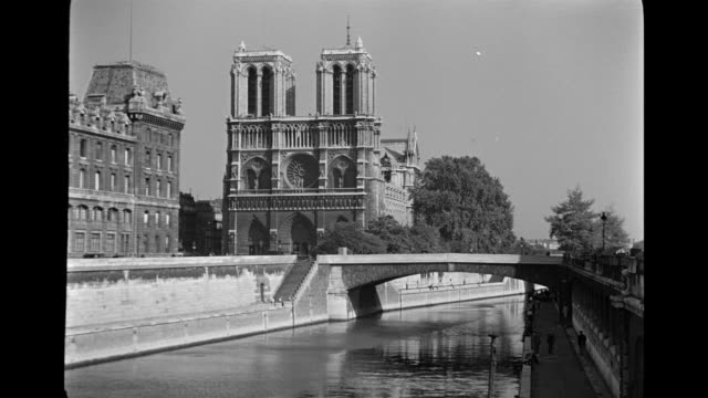 vidéos et rushes de ms view of bridge over river near notre dame cathedral  / paris, france - lieu touristique