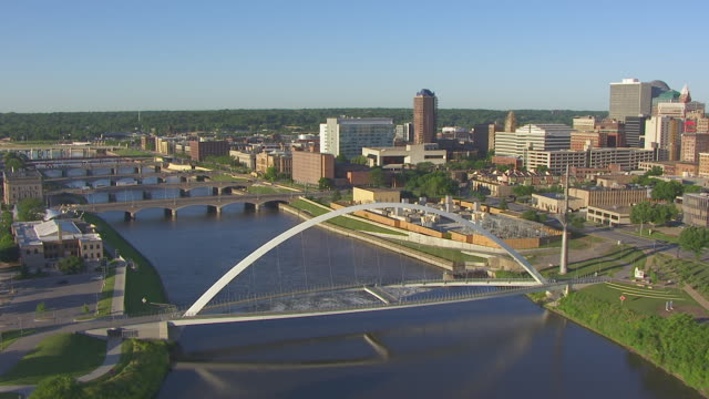 ws aerial pov view of bridges over river in city / des moines, iowa, united states - アイオワ州点の映像素材/bロール