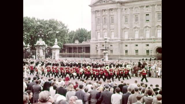 vídeos y material grabado en eventos de stock de ws pan view of british guardsmen parade in front of buckingham palace / westminster, london, england, united kingdom - palacio de buckingham
