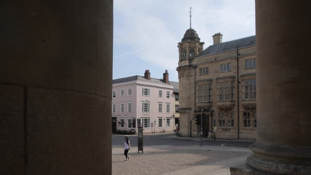 view of broad street from clarendon building, oxford, oxfordshire, england, uk, europe - oxford university stock videos & royalty-free footage