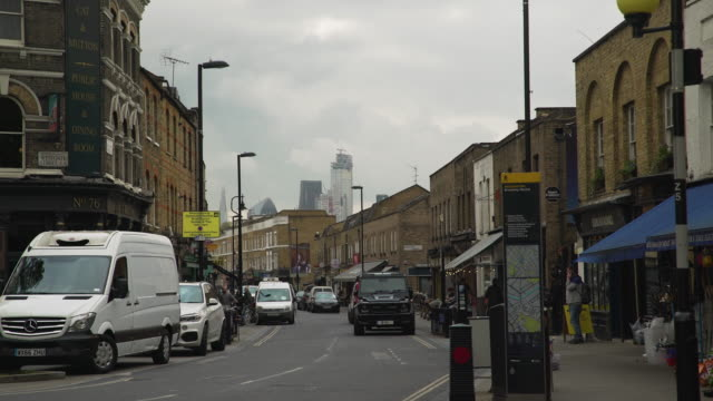 view of broadway market with city buildings in skyline - street style点の映像素材/bロール