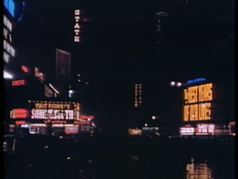 vídeos y material grabado en eventos de stock de ws view of broadway with times square neon and movie marquees / new york city, new york, usa. - escritura occidental