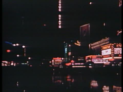 vídeos y material grabado en eventos de stock de ws t/l view of broadway with times square neon and movie marquees / new york city, new york, usa. - escritura occidental