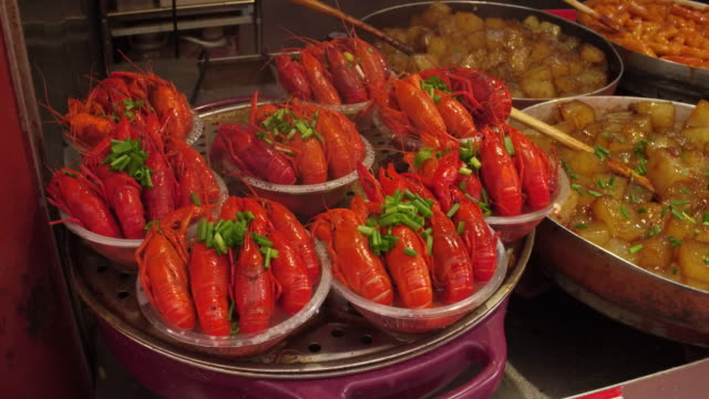 vídeos de stock, filmes e b-roll de a view of broiled lobster in famous wangfujing snack street on may 4 2017 in beijing china wangfujing is a main business street for tourism next to... - lagosta marisco