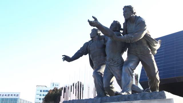 vídeos de stock e filmes b-roll de view of bronze statue in gwangju 5.18 democratization movement memorial park - figura masculina