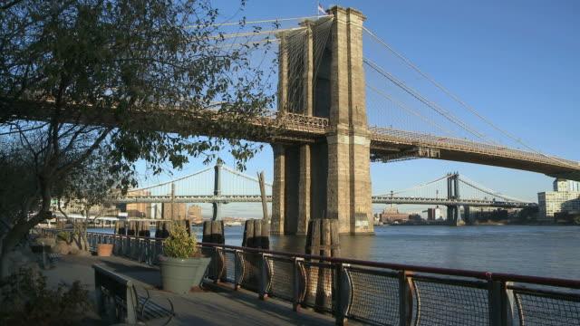 ws view of brooklyn bridge at park / new york city, new york, usa - brooklyn bridge stock-videos und b-roll-filmmaterial