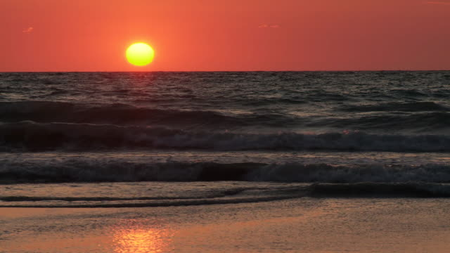 vídeos de stock, filmes e b-roll de ws view of broomes cable beach at sunset / broome, western australia, australia - cable