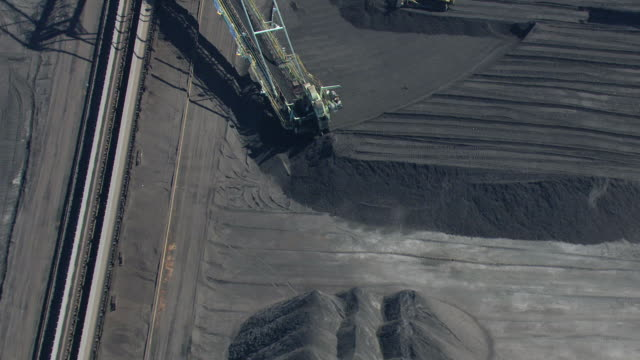 vídeos de stock e filmes b-roll de ws aerial zi view of bucket wheel excavator and buckets circling at mcduffie coal terminal in port of mobile / alabama, united states - balde