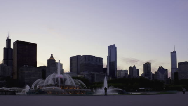 vídeos de stock, filmes e b-roll de ws t/l view of buckingham fountain and chicago downtown / chicago, illinois, usa  - chicago 'l'