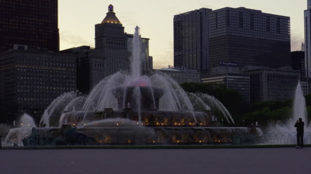 ws zo t/l view of buckingham fountain and chicago downtown / chicago, illinois, usa  - buckingham fountain stock videos & royalty-free footage