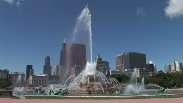 view of buckingham memorial fountain in chicago united states - buckingham fountain stock videos and b-roll footage