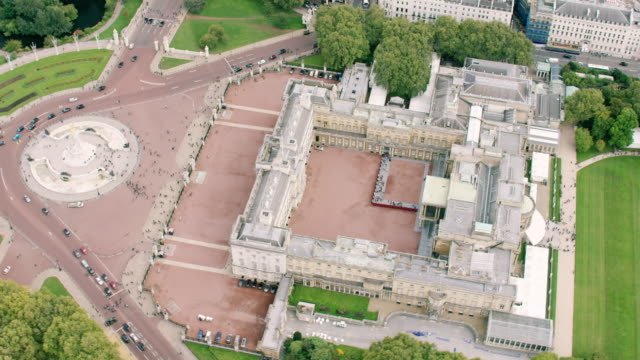 ws aerial pov view of buckingham palace in city / london, england, united kingdom - buckingham stock videos & royalty-free footage