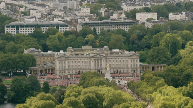 ws aerial pov zo view of buckingham palace in city / london, england, united kingdom - buckingham stock videos & royalty-free footage