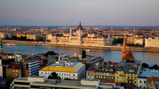 ハンガリーのブダペスト国会議事堂のビュー - ブダペスト点の映像素材/bロール