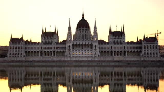 blick auf das budapester parlament in ungarn - osteuropäische kultur stock-videos und b-roll-filmmaterial