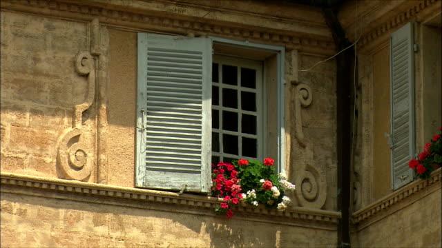vídeos de stock, filmes e b-roll de cu view of building with flowers on window sill / aix-en-provence, provence, france - aix en provence
