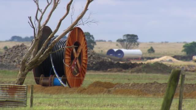 vídeos y material grabado en eventos de stock de ws view of building work with big cable reel and small tree / macarthur, victoria, australia - bobina