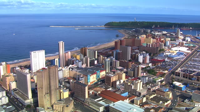 ws aerial view of buildings along durban's shoreline / durban, kwazulu-natal, south africa - 南アフリカ共和国点の映像素材/bロール