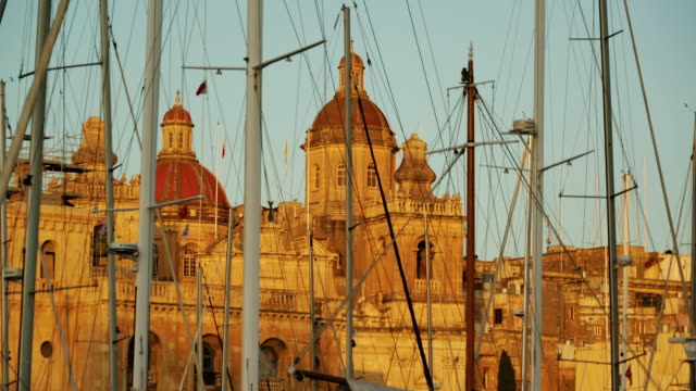 stockvideo's en b-roll-footage met view of buildings and boats at harbor in valletta, malta - valletta