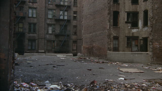 vidéos et rushes de ms view of buildings and debris in slum area  / new york city, new york, usa - quartier résidentiel