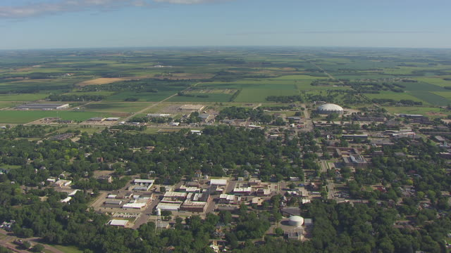 ws aerial view of buildings and surrounding countryside / vermillion, south dakota, united states - south dakota bildbanksvideor och videomaterial från bakom kulisserna