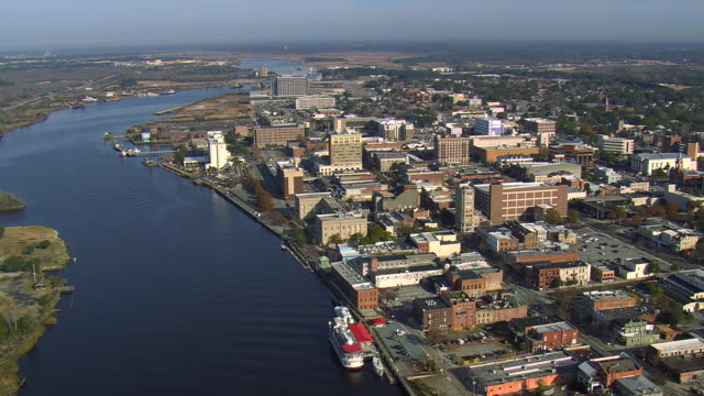 vídeos y material grabado en eventos de stock de ws aerial view of buildings and uss north carolina battleship museum near river in wilmington city / north carolina, united states - wilmington carolina del norte