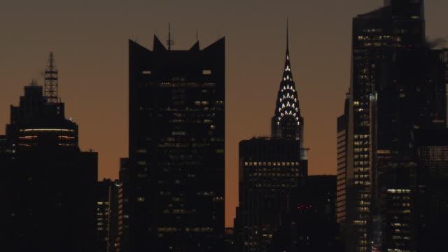 vídeos de stock e filmes b-roll de ms view of buildings behind orange sky / new york, new york,united states - plano picado
