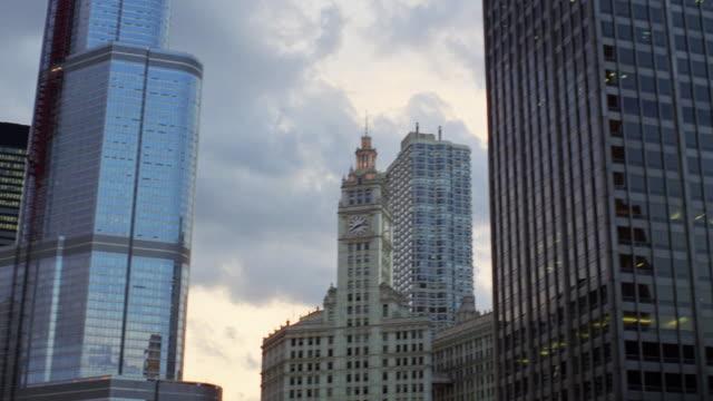 vídeos y material grabado en eventos de stock de ws pan tu view of buildings  / chicago, illinois, united states - edificio wrigley