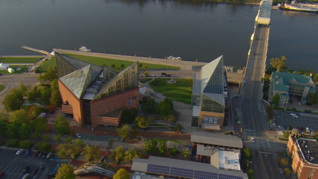 ws aerial view of buildings of tennessee aquarium complex on tennessee river / chattanooga, tennessee, united states - chattanooga stock videos and b-roll footage