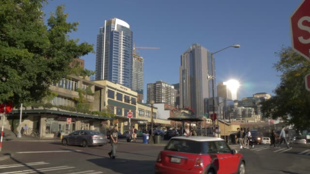 vídeos de stock, filmes e b-roll de view of buildings, traffic and people on pike place, seattle, washington state, united states of america, north america - pike place market
