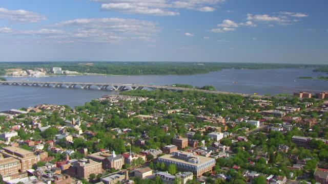 vidéos et rushes de ws aerial pov view of buildings with potomac river and woodrow wilson bridge / alexandria, virginia, united states - alexandria virginie