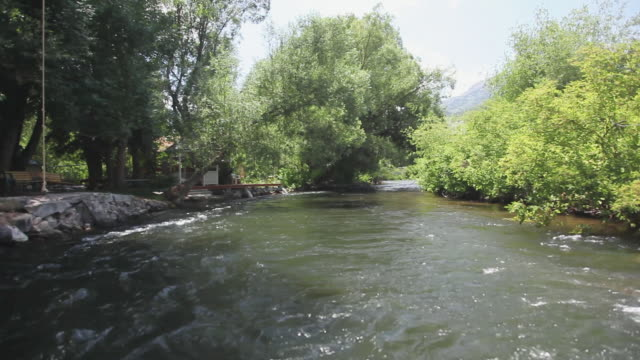 vidéos et rushes de ws pov view of built structure near provo river / sundance, provo river, utah, usa - provo