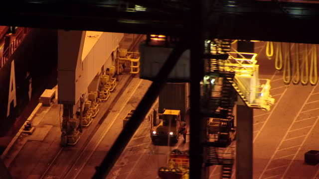 vidéos et rushes de ms aerial view of bulk cargo being loaded onto freighter at night at port of miami / miami, florida, united states - débardeur