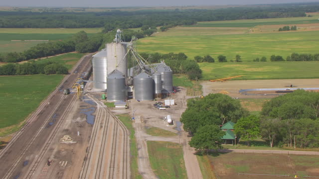 vidéos et rushes de ws aerial ts zo view of burlington train depot to prairie / red cloud, nebraska, united states - grandes plaines américaines
