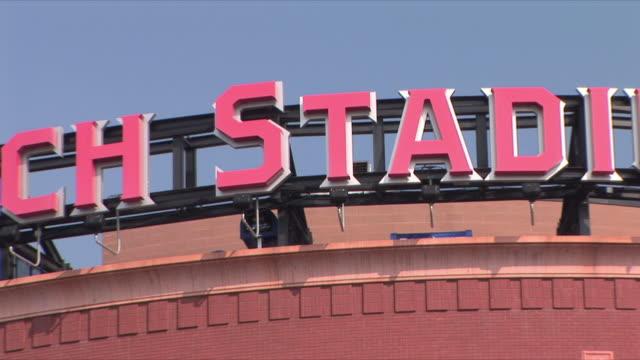 ms zo view of busch stadium, home of st louis cardinals / st louis, missouri, usa  - baseballmannschaft stock-videos und b-roll-filmmaterial