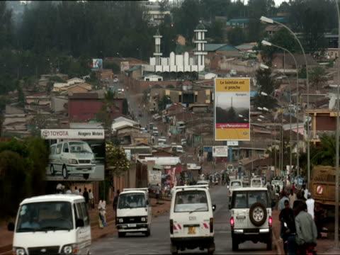 ws view of bustling traffic and billboards in nyamirambo / nyamirambo, kigali, rwanda - キガリ点の映像素材/bロール