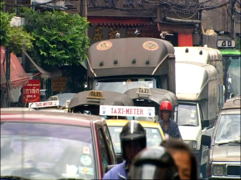 wa view of busy bangkok street, traffic moves to camera, bangkok, thailand - jinrikisha stock videos & royalty-free footage