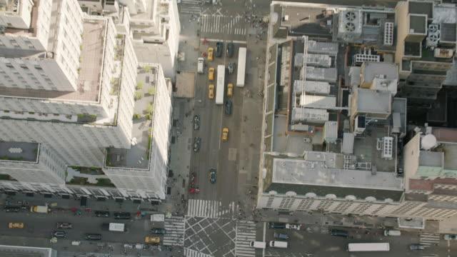 vidéos et rushes de aerial ms tu view of busy road with vehicles / new york city  - zoom arrière