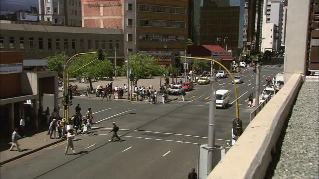 stockvideo's en b-roll-footage met ws t/l view of busy street intersection / johannesburg, gauteng, south africa - johannesburg