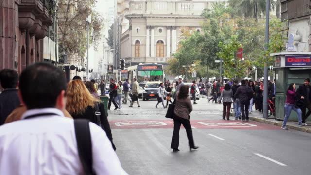 vídeos y material grabado en eventos de stock de ms view of busy street / santiago, chile - camino santiago