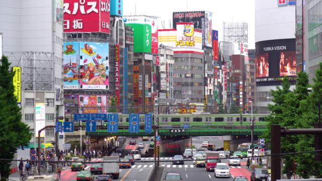 vídeos de stock e filmes b-roll de view of busy streets in shinjuku - bairro de shinjuku