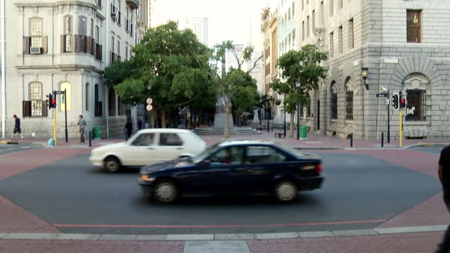 ws t/l view of busy streets of cbd / cape town, western cape, south africa - cape town stock videos & royalty-free footage