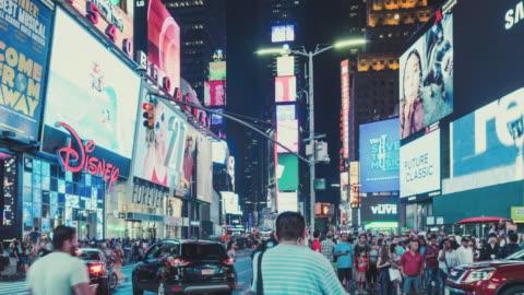 vídeos de stock, filmes e b-roll de t/l tu view of busy times square at night / manhattan, nyc - sinalização digital